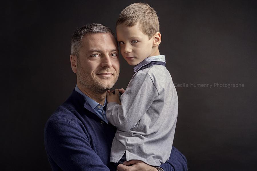 portrait-famille-pere-fils-cecile-humenny-photographe-studio-toulouse